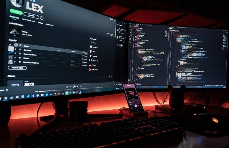 Dos monitores de ordenador en el setup de un teletrabajador