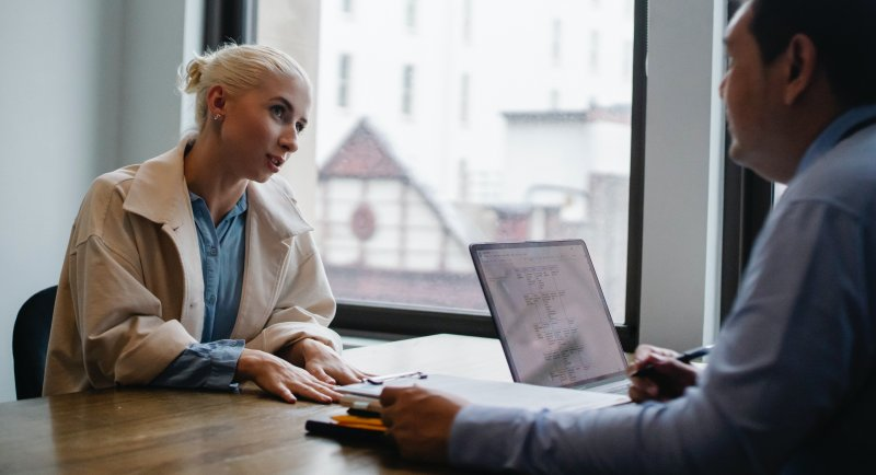 Una mujer habla con su jefe para poder trabajar desde casa