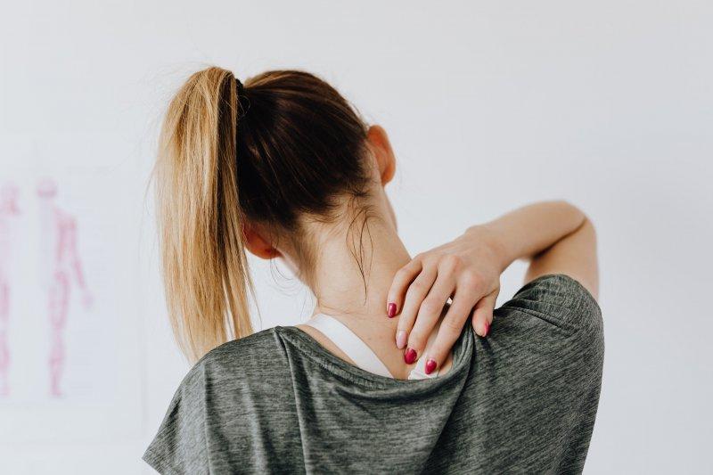 Una mujer sufre dolor de espalda y se toca esta zona del cuerpo