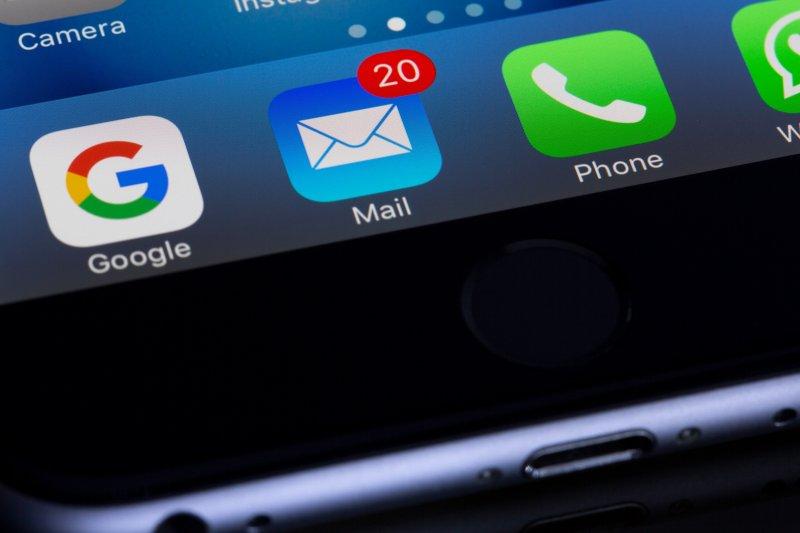 Icono de email con 20 mensajes en un teléfono móvil