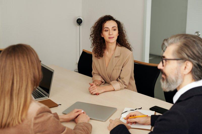 Dos reclutadores hacen una entrevista a una candidata para un puesto de trabajo en la empresa