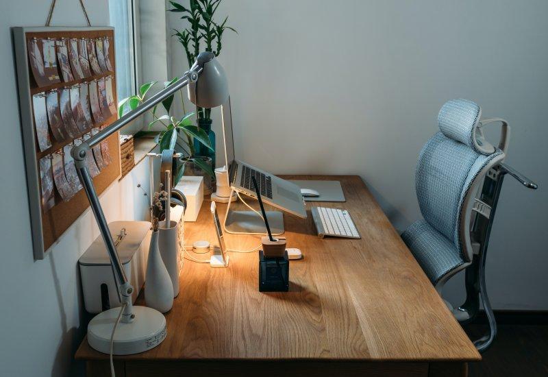 Setup en una home office con mobiliario ergonómico