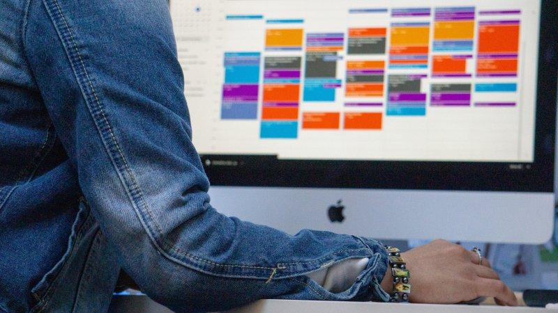 Una mujer trabaja en casa utilizando en su ordenador Google Calendar