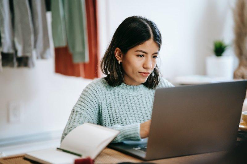 Chica busca trabajo con su ordenador portátil