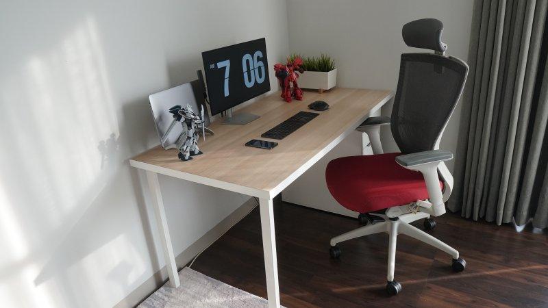 Oficina en casa con una silla con ruedas, un escritorio y un ordenador
