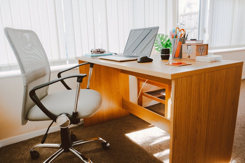 Despacho con una silla de oficina con respaldo medio y un escritorio