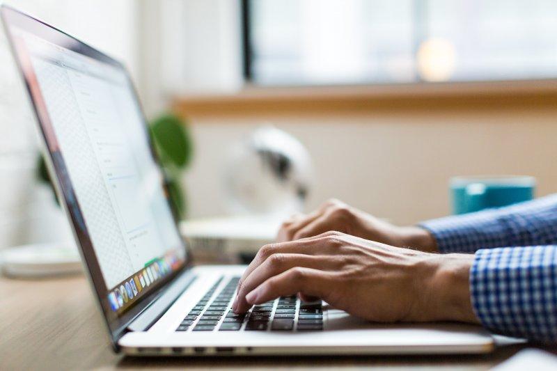 Un teletrabajador utiliza el ordenador portátil correctamente para no sufrir un sobrecalentamiento