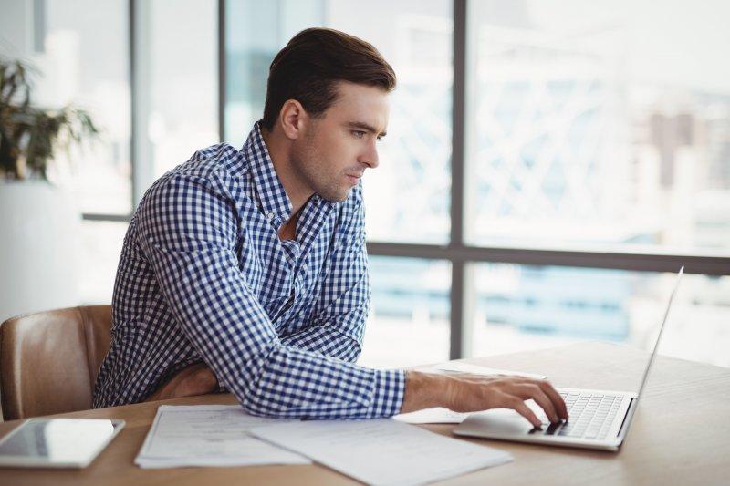 Un teletrabajador utiliza la técnica Flowtime para realizar tareas con el ordenador portátil