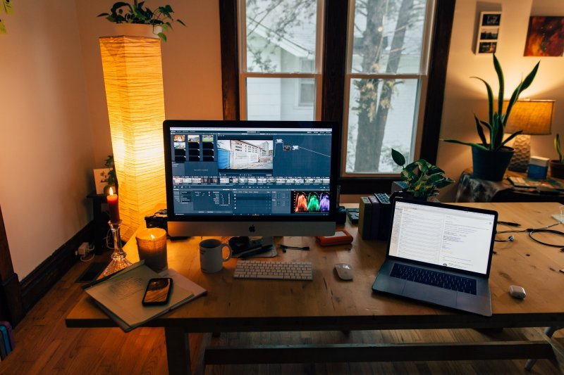 Oficina en casa de un teletrabajador con dos ordenadores encima de la mesa