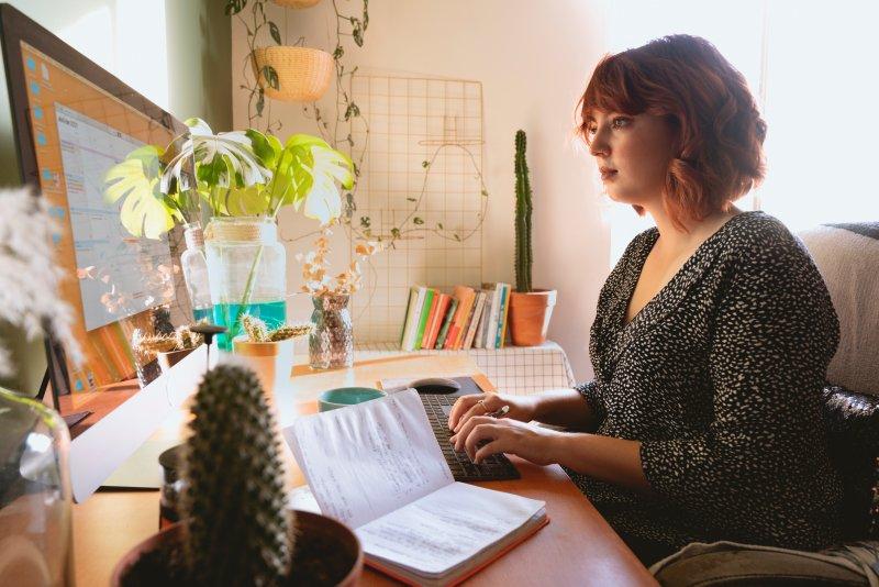 Mujer realiza teletrabajo en su casa con el ordenador