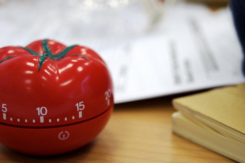 Temporizador pomodoro encima de un escritorio