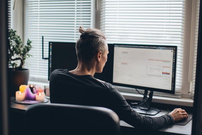 Un hombre trabaja en su casa con el ordenador